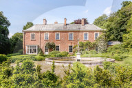 FEATURE - Herrenhaus von Schriftsteller Evelyn Waugh ist für 5,5 Mio. Pfund auf dem Markt