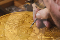 ROYALS - Die britische Royal Mint hat eine Zehn-Kilo-Gold-Gedenkmünze der Krönung Elisabeths von 1953 hergestellt