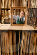 FEATURE - Jahrhundertealten Techniken: In einem kleinen Betrieb in London werden antike Rahmen sorgfältig restauriert
