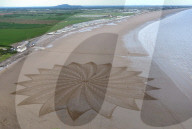FEATURE - Beach Design: Sandkünstler Simon Beck zeichnet einen Stern mit einem Durchmesser von 130 Metern in den Sandstrand von Brean Beach in Somerset