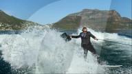 FEATURE - Auf dem Weg ins Wochenende: Unternehmer Justin Anley fährt im Anzug Wakeboard an Kapstadts Küste