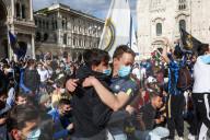 SPORT -  Inter Mailand-Fans feiern den Sieg der Fussballmeisterschaft auf dem Domplatz in Mailand