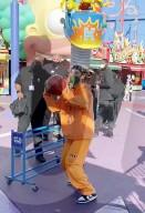 PEOPLE - Justin Bieber wirft Körbe im Universal Studios Hollywood Themenpark