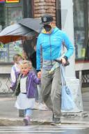 PEOPLE -  Bradley Cooper holt im Regen seine Tochter Lea von der Schule ab