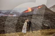FEATURE - Brautpaar posiert vor aktivem Vulkan in Island