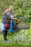 FEATURE - Nicola Alcott führt ihren Papagei im Käfig spazieren