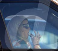 PEOPLE - Jessica Simpson isst Junk-Food im Auto
