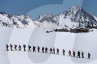 FEATURE - Skifahrer im Ganzjahres-Skigebiet Elbrus im Kaukasusgebirge, Russland