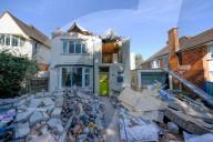 FEATURE -  Rückgebaut: Bauarbeiter zerstört seine eigene Arbeit an einem Eigenheim nachdem ihm der Bauherr seinen Lohn verweigert hatte