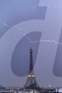FEATURE -  Eiffelturm während eines Gewitters