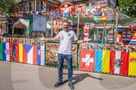 FUSSBALL-EM - Go for Goal: Volle Beflaggung für die Fussball-EM am Lokal von Adam Chamberlain in Sheffield