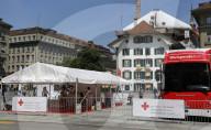 NEWS - Bundespräsident Guy Parmelin spendet Blut auf dem Bundeshausplatz in Bern