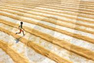 FEATURE - Kinder verwandeln Reisfelder in ihren ganz eigenen Spielplatz