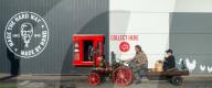 FEATURE - Oldtimer Liebhaber fahren mit ihren dampfbetriebenen Traktoren zum KFC-Drive-through in Bristol