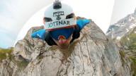 FEATURE - Tollkühn: Tim Howell fliegt mit seinem Wingsuit durch die Schweizer Alpen