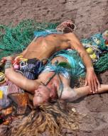 FEATURE -  Protest gegen die Meeresverschmutzung: Meers-Fabelwesen aus Müll am Strand von Teignmouth