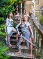 """FEATURE -Waffenmeister Terry English (Filme """"Excalibur"""", """"Gladiator"""") zeigt seine Werke beim Fantasy Forest Festival auf Schloss Sudeley"""