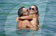 PEOPLE -  Sylvie Meis und Niclas Castello küssen sich beim Baden im Meer in St Tropez