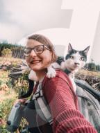 FEATURE -Gegen den Lockdown-Frust: Aaricia Wiesen und ihre Katze Munro wandern in der Umgebung von Glasgow