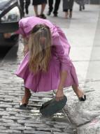PEOPLE - Sarah Jessica Parker lässt Designer-Handtasche auf dem Filmset fallen