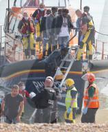 NEWS - Rekordzahl von Migranten nutzt die ruhige See für die Überfahrt von Calais nach Kent