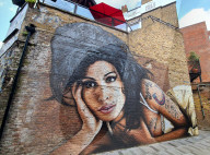 PEOPLE - Amy Winehouse Wandgemälde hinter The Hawley Arms in Camden Town zum 10. Todestag