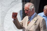 ROYALS - Prinz Charles kostet ein Bier vor dem Duke of York Pub in Iddesleigh, Devon