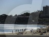 NEWS - Badegäste am Strand in Oeiras, bei Lissabon