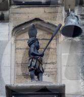 NEWS - Anti-Rassismus-Aktivisten wollen die Blackboy Clock Glockenfigur an einem Gebäude im britischen Stroud entfernen