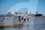 """NEWS - Nach Blockade des Suez-Kanals: Containerfrachter """"Ever Given"""" macht im Hafen von Felixstowe fest"""