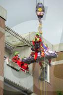 NEWS -  Hamburg: Überschwere Person mit dem Feuerwehrkran und den Höhenrettern aus einem Hochhaus geholt
