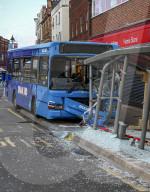 FEATURE - Volltreffer: Ein Linienbus rammt in Walsall ein Wartehäuschen