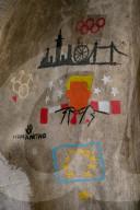 FEATURE - Moderne Höhlenmalerei: Emmy Smith illustriert bedeutende Momente der neueren Geschichte an den Wänden der Hellfire Caves in West Wycombe