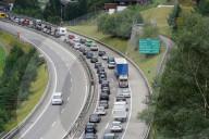 NEWS - Ferienverkehr: Stau auf der Gotthardautobahn bei Wassen am Wochenende