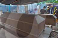 NEWS - Coronavirus: Bau von Särgen für COVID-19-Opfer in Indonesien