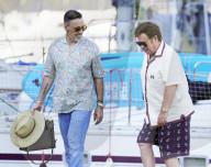 PEOPLE - Sänger Elton John auf dem Bootssteg in Südfrankreich mit Andrew Watt und Charlotte Lawrence