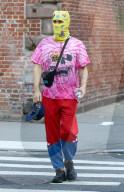 PEOPLE - Jared Leto verkleidet sich in NYC mit einer gelben Gesichtsmaske