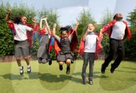 FEATURE - Schulkinder tragen Capes die verunreinigte Luft filtern können