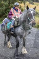 FEATURE - Die 80-jährige Jane Dotchin reist mit ihrem Pferd Diamond und ihrem Jack Russell Dinky in die schottischen Highlands