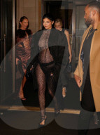 PEOPLE - Kylie Jenner zeigt ihren Babybauch in einem durchsichtigen Ganzkörperdress