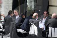 PEOPLE - Freunde von Jean-Paul Belmondo treffen sich im Café Esplanade vor der nationalen Gedenkfeier