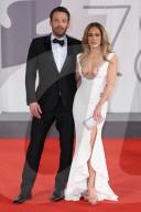 """PEOPLE - Filmfestival Venedig: Jennifer Lopez und Ben Affleck auf dem roten Teppich von """"Das letzte Duell"""""""