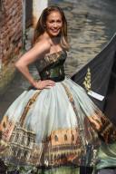 PEOPLE - Jennifer Lopez klettert für ein Fotoshooting in Venedig an Bord einer Gondel