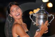 TENNIS - Emma Raducanu mit der US-Open-Trophäe des Dameneinzels