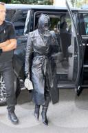 PEOPLE -  Kim Kardashian trägt schwarzes Leder von Kopf bis Fuss