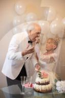 FEATURE - So schön war die Zeit: Karen und Gary Ryan (79) stellen ihre Hochzeitsbilder noch einmal nach