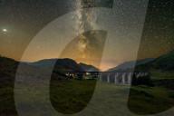 FEATURE -  Die Milchstrasse im klaren Nachthimmel über dem Glenfinnan-Viadukt im schottischen Hochland