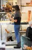 EXKLUSIV - Elisabetta Canalis shoppt in Mailand