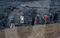 FEATURE -  Touristen strömen zum Vulkan Fagradalsfjall der im März ausgebrochen ist