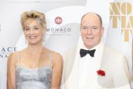 ROYALS - Albert von Monaco und Sharon Stone bei der Premiere des neuen James-Bond-Films in Monaco